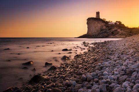 Fotografía de atardecer de la torre de la Cala del Xarco en Alicante