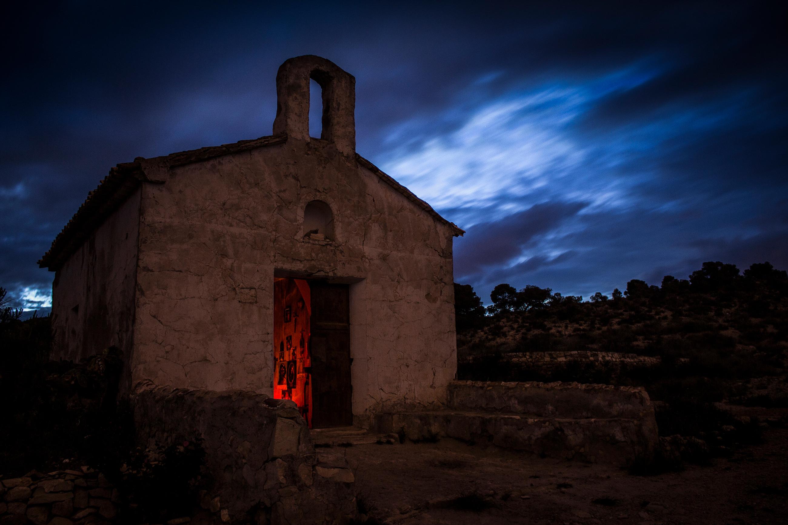 Fotografía nocturna de vieja ermita en ruinas