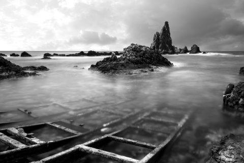 Fotografía en blanco y negro del Arrecife de las Sirenas desde el embarcadero