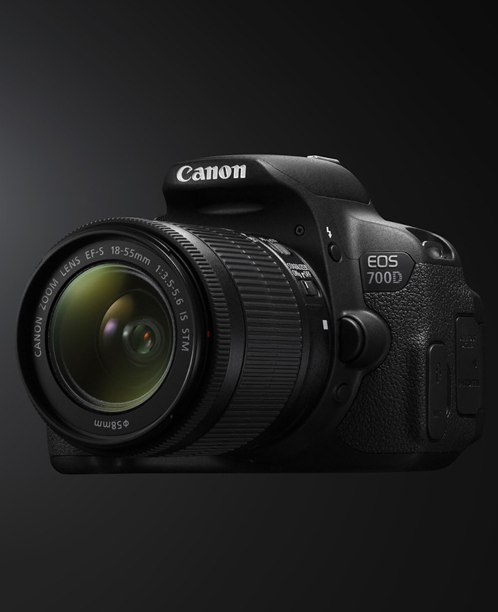 Cámara fotográfica Canon EOS 700D con fondo negro