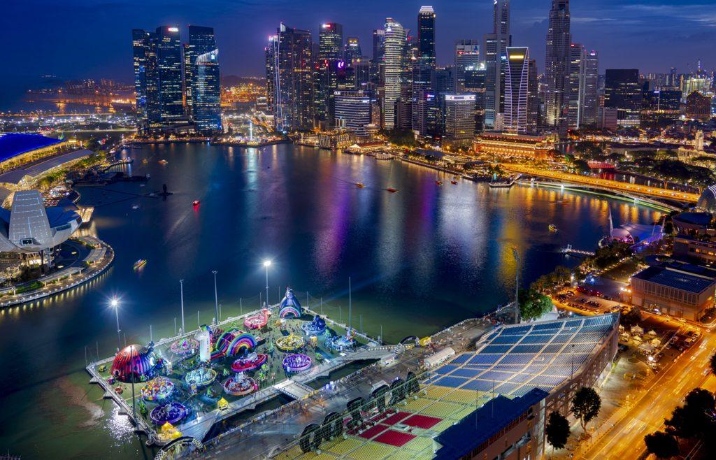 Fotografía nocturna del puerto de Marina Bay en Singapur