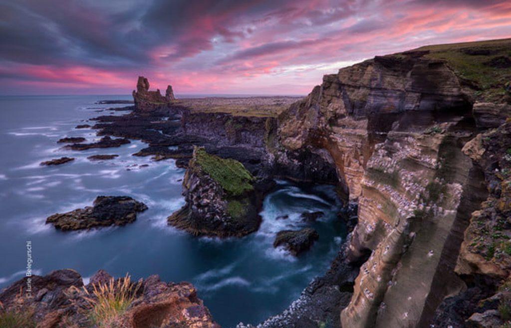 Fotografía de atardecer en un acantilado junto al mar