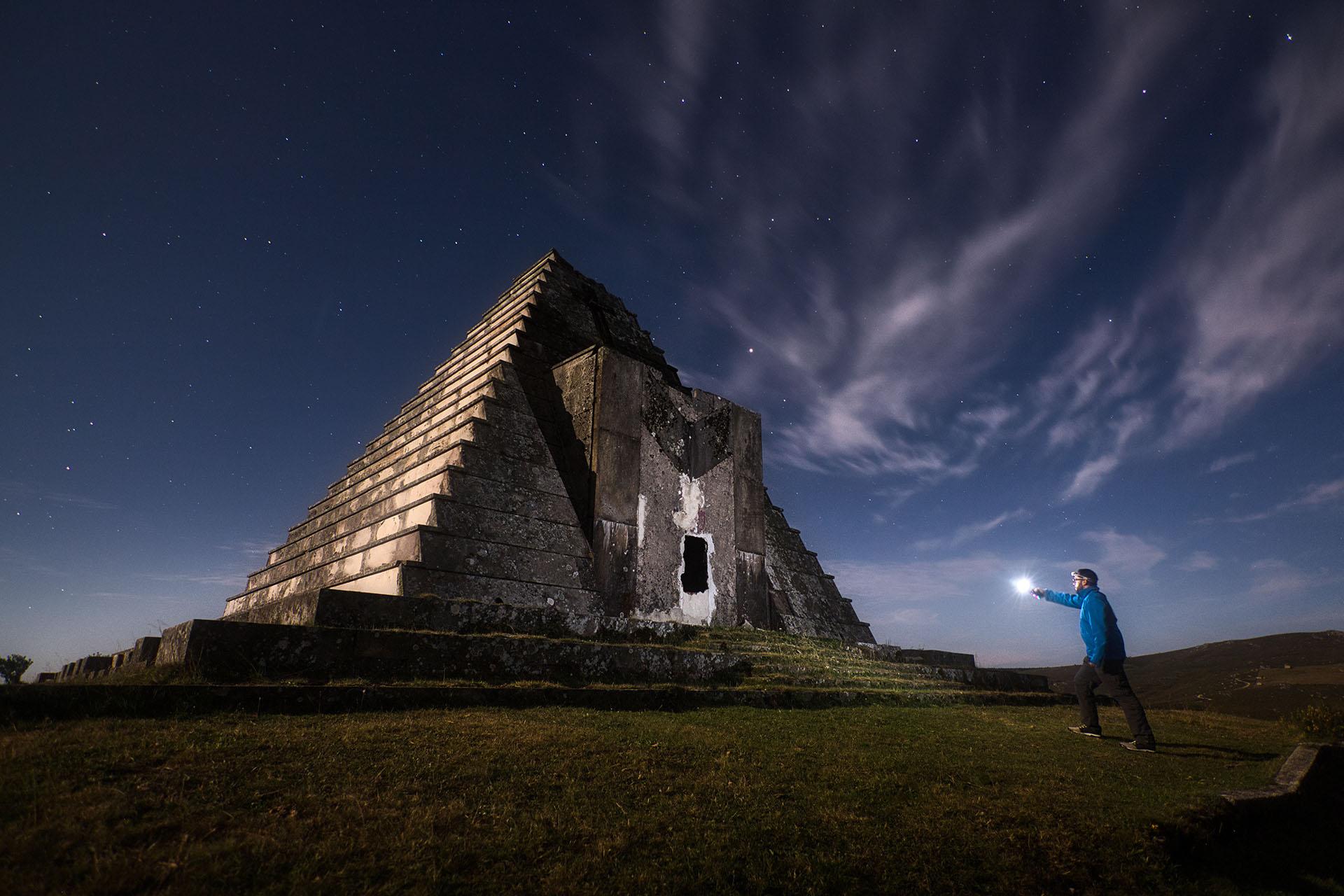 Fotografía nocturna en el Monumento a los Italianos, pirámide situada en la frontera de Burgos con Cantabria