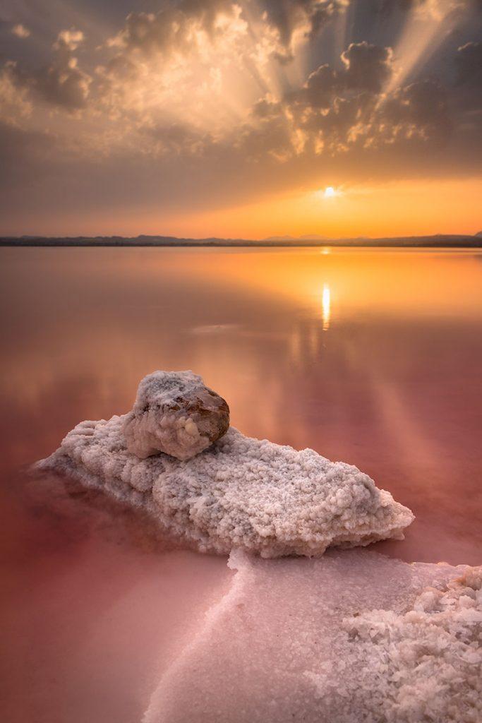 Fotografía de formaciones de sal en la laguna rosa de Torrevieja